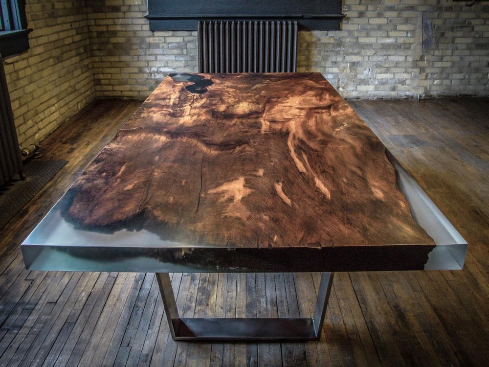 Дизайнерский стол из эпоксидной смолы в Екатеринбурге - столярная мастерская Treelogia