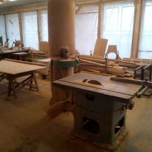 Распилочный станок в столярной мастерской