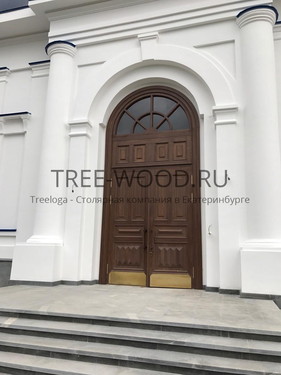 Двери в храм с накладным багетом выполнены из дуба