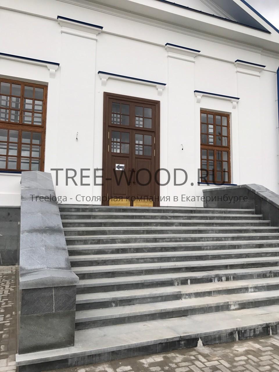 входные двери в храм с накладным багетом выполнены из дуба