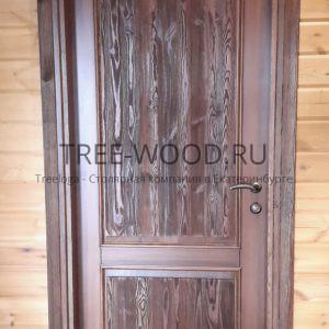 двери в охотничий дом из сосны
