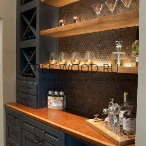 кухня - бар с деревянной столешницей и полками