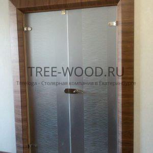 стеклянные межкомнатные двери с обналичкой из американского ореха