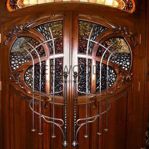 входные двери в коттедж в стиле классика с витражами и ковкой из сосны